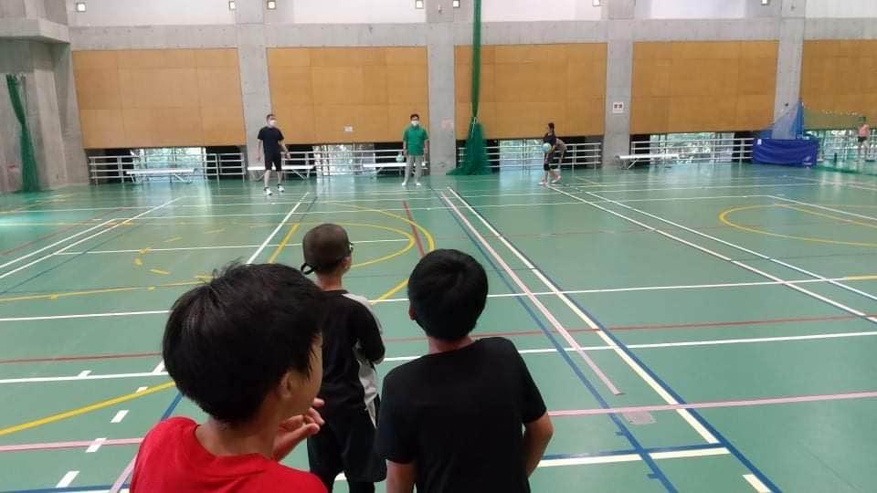 小学校の子供たちとドッヂボールの練習をしました。