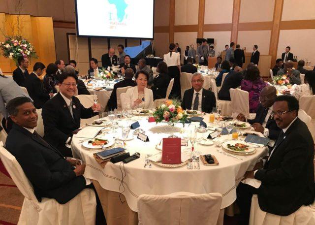 TICAD7・横浜の安倍総理(奥のテーブル)ご主催の晩餐会に夫婦で出席しました。