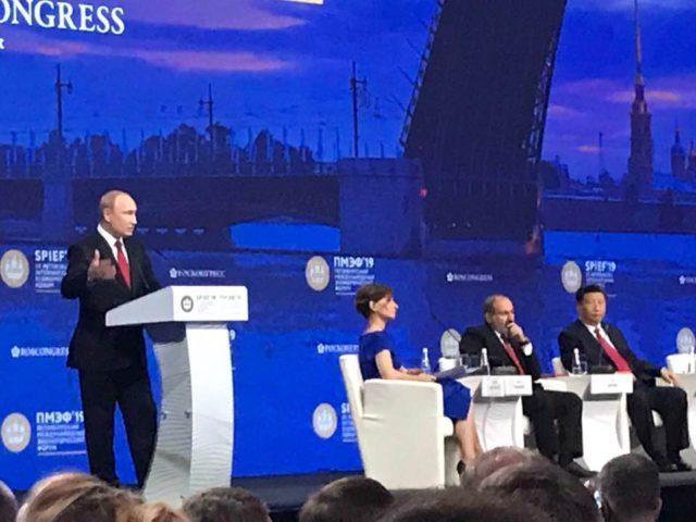ロシアのサンクトペテルブルグの経済フォーラムの様子です。